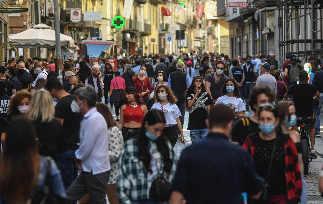 Las calles de Nápoles, completamente abarrotadas tras la apertura de los confinamientos