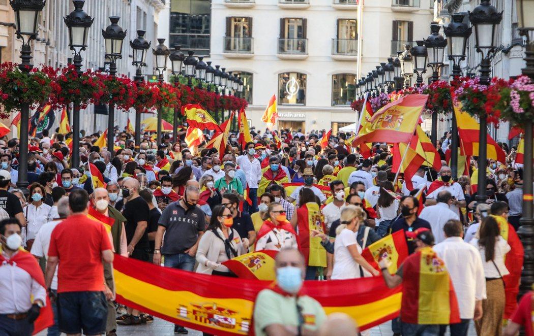 Concentración en la calle Larios de Málaga sin respetar la distancia de seguridad y entre saludos fascistas para protestar contra el Gobierno