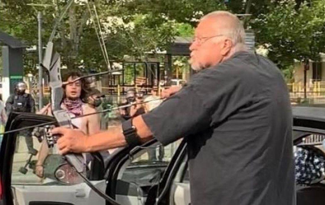 Un hombre dispara flechas con su arco a los manifestantes por el asesinato de George Floyd