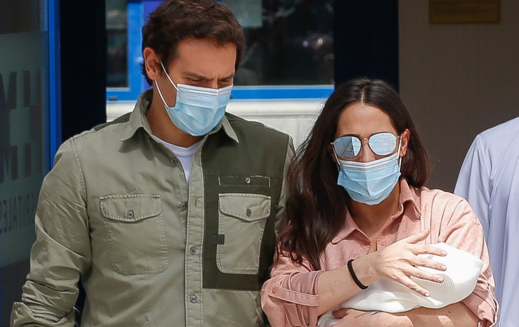 Malú y Albert Rivera salen felices del hospital con su hija Lucía