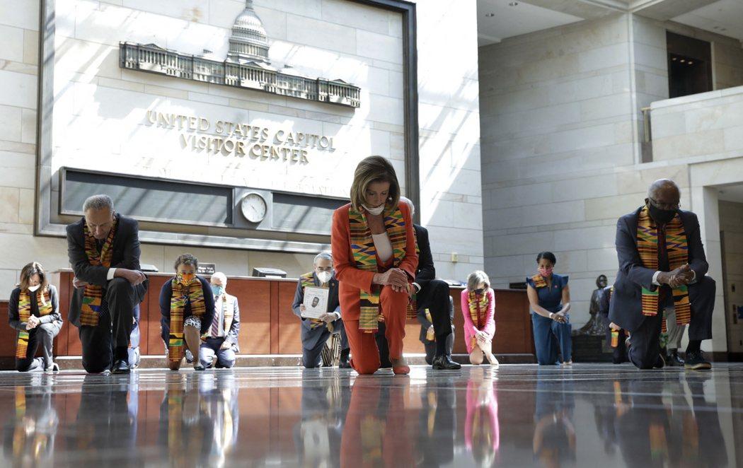 Nancy Pelosi y una veintena de congresistas demócratas se arrodillan en el Capitolio de EEUU en recuerdo de George Floyd