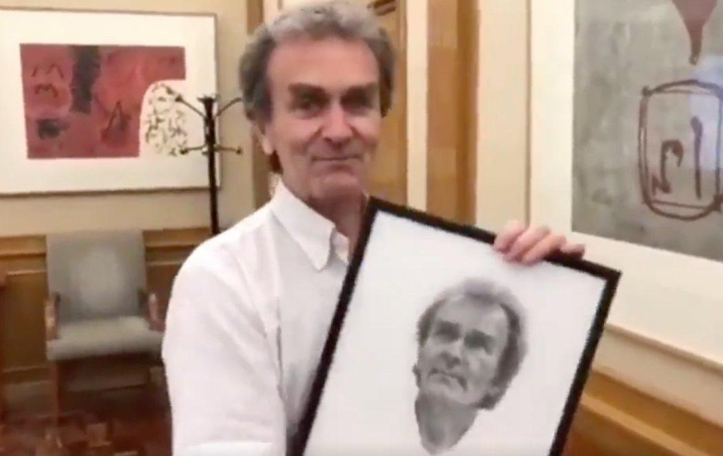 Fernando Simón se emociona al recibir un retrato de regalo