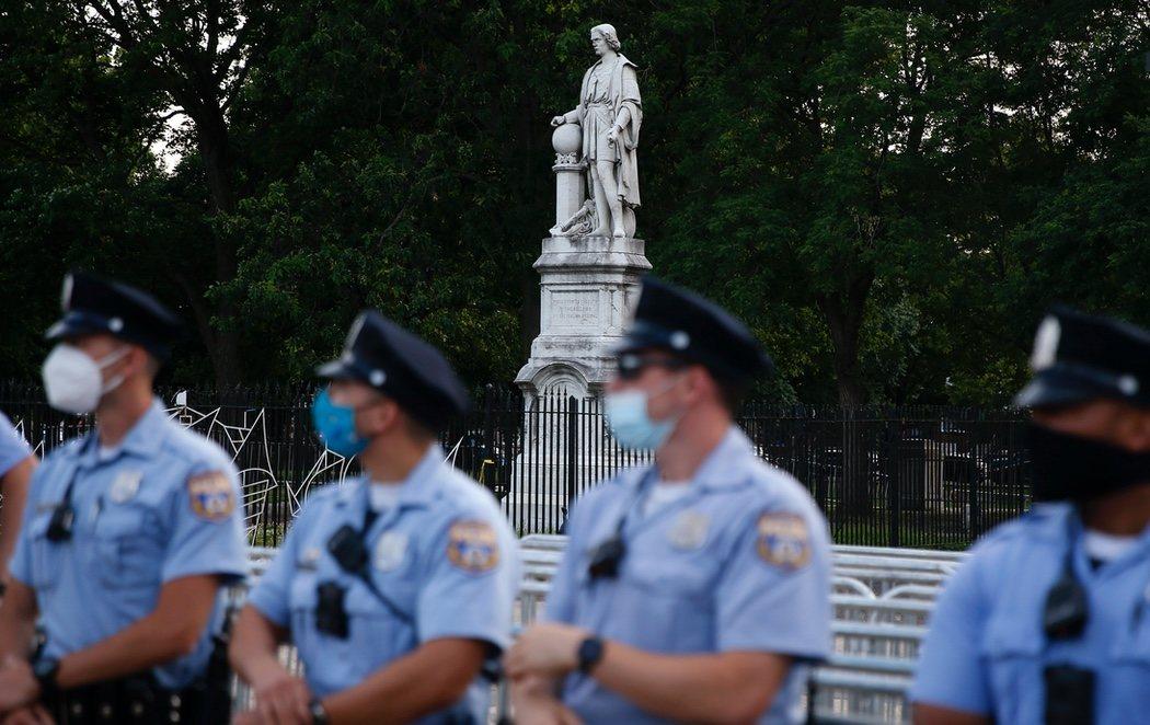 La policía protege la estatua de Colón en Filadelfia ante la ola de ataques en todo el país