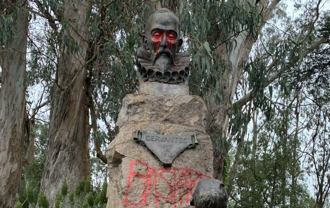 Profanan la estatua de Cervantes en San Francisco en medio de las protestas en Estados Unidos