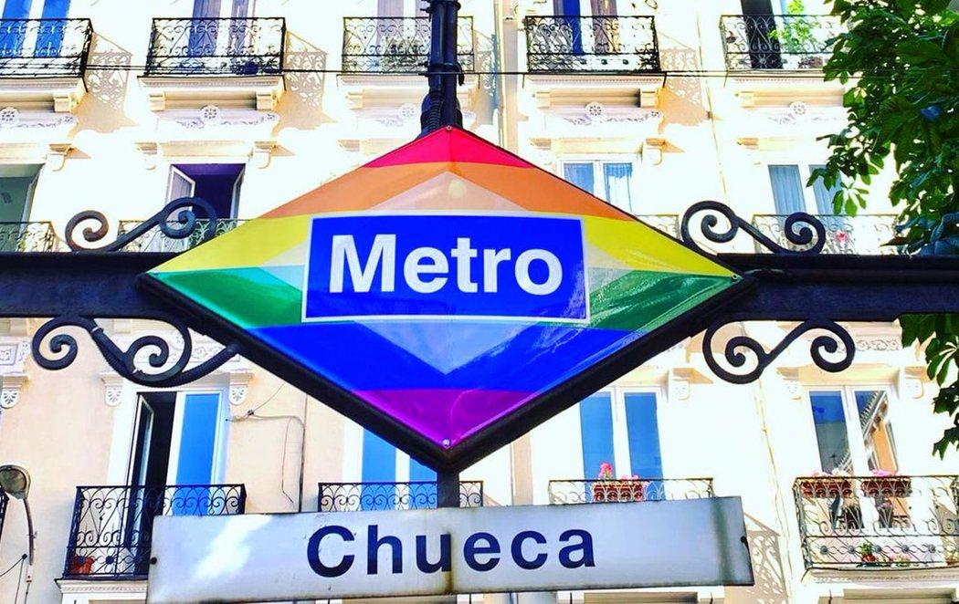 Chueca lucirá el logo de Metro con los colores de la bandera LGTBI de forma permanente