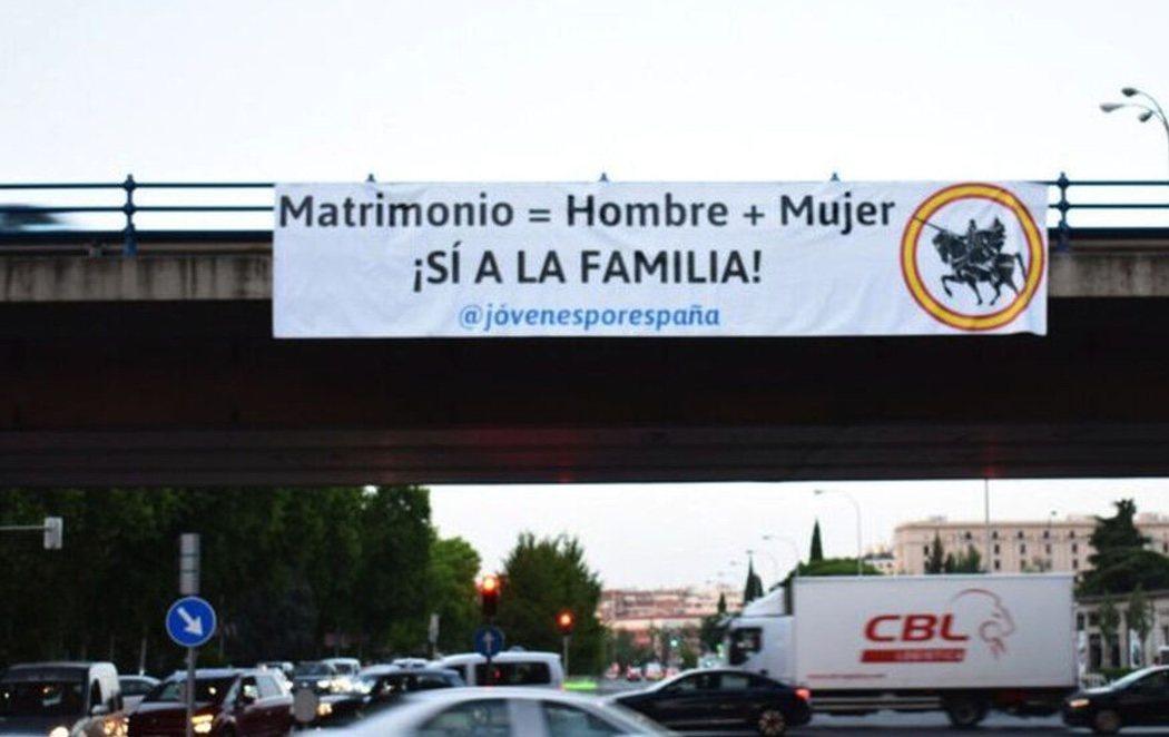 Un grupo ultraderechista vinculado a VOX cuelga una pancarta homófoba en pleno centro de Madrid