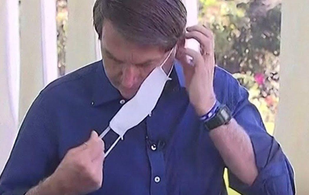 Bolsonaro anuncia su positivo en coronavirus quitándose la mascarilla ante la prensa