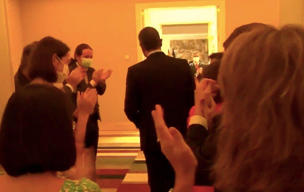 Todos los ministros reciben a Pedro Sánchez entre aplausos tras lograr el acuerdo en Europa