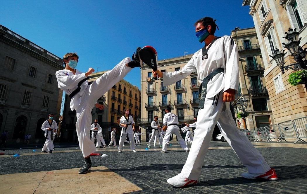 Protestas frente al Palau de la Generalitat por el cierre de los gimnasios en pleno rebrote