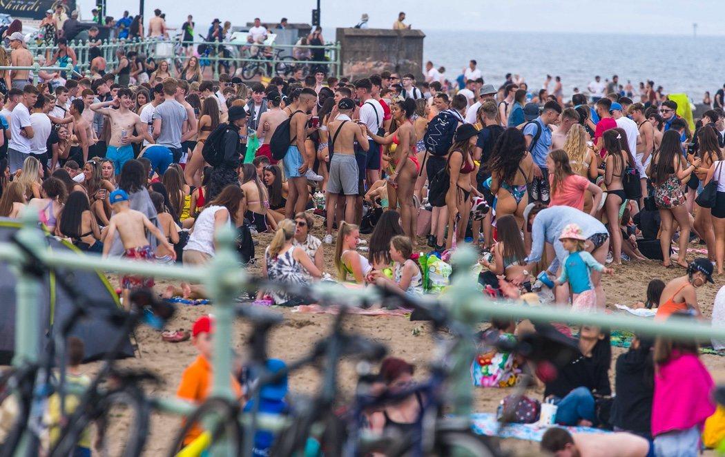 Las playas de Reino Unido, completamente abarrotadas con rebrotes en plena cuarentena a España
