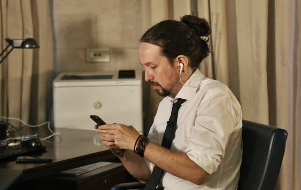 Pablo Iglesias sube una foto con un moño y las redes estallan