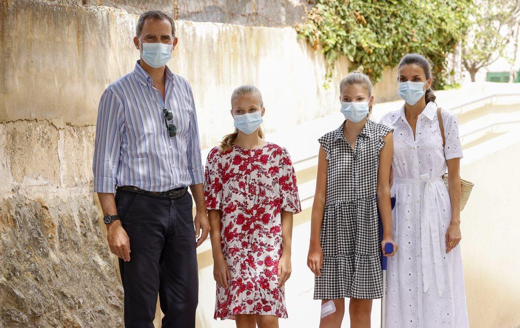 Vacaciones de los reyes en Mallorca con la infanta Sofía con muleta