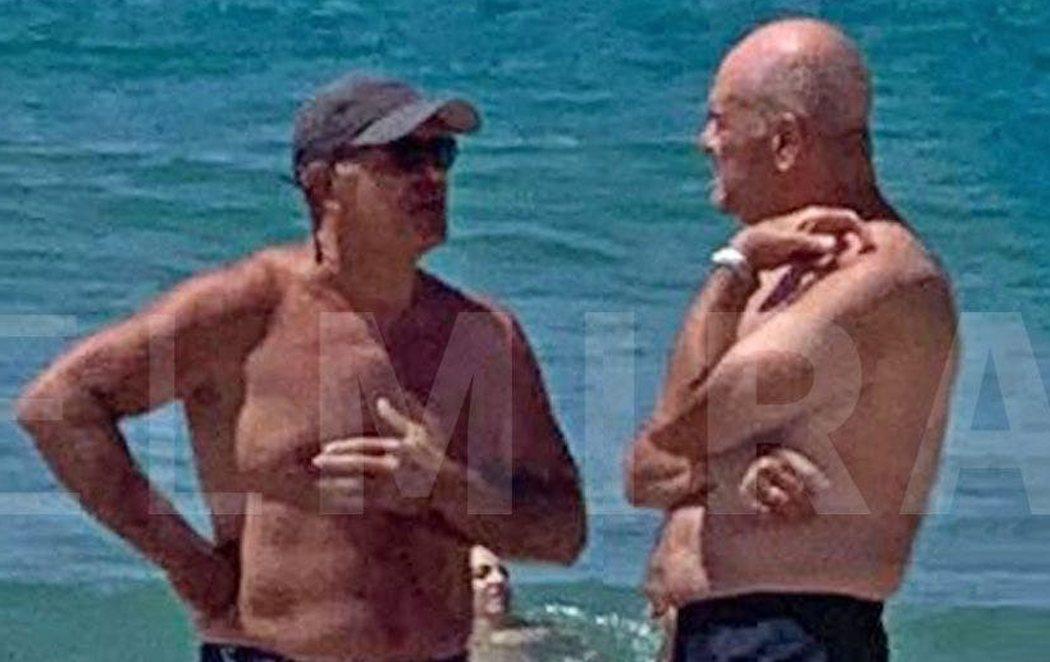 El ministro de Justicia y Manuel Chaves, pillados en la playa sin mascarilla