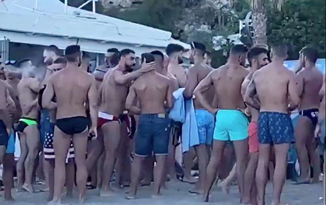 Aglomeraciones sin mascarillas: las redes se llenan de críticas por esta fiesta en un chiringuito de Torremolinos