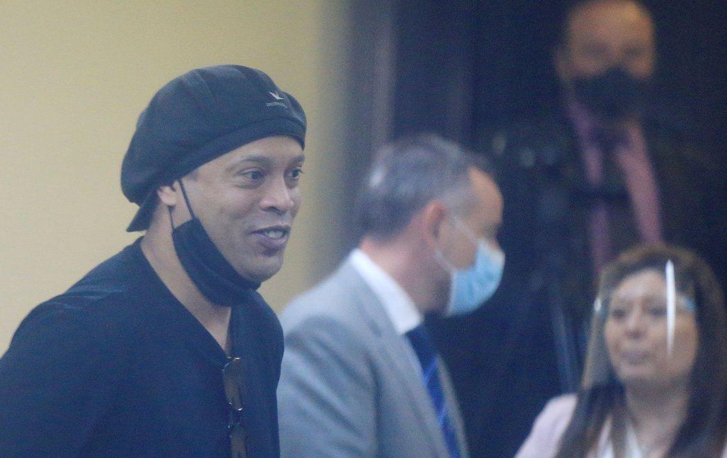Ronaldinho queda en libertad tras pasar cinco meses encarcelado, la mayor parte en un hotel de cuatro estrellas