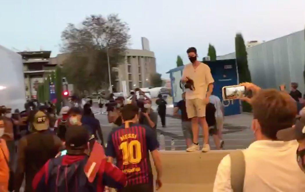 """Los aficionados del Barça asaltan el Camp Nou al grito de """"Bartomeu, dimisión"""" en mitad de la salida de Messi"""