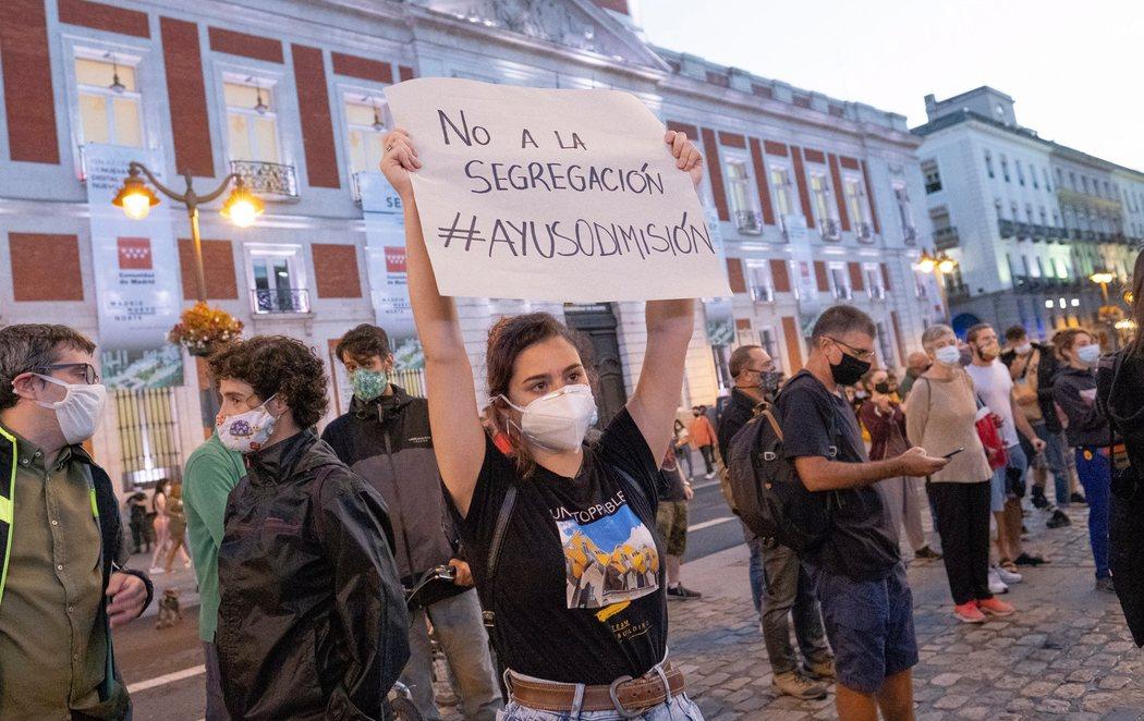 Concentraciones en la Puerta del Sol pidiendo la dimisión de Ayuso tras anunciar las nuevas restricciones de Madrid