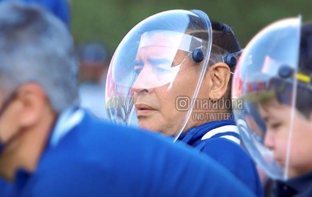 La curiosa máscara de Maradona despierta burlas y él responde