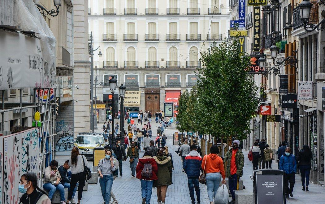 Madrid enfrenta el primer día laborable con nuevas restricciones: menos tráfico pero pocos controles