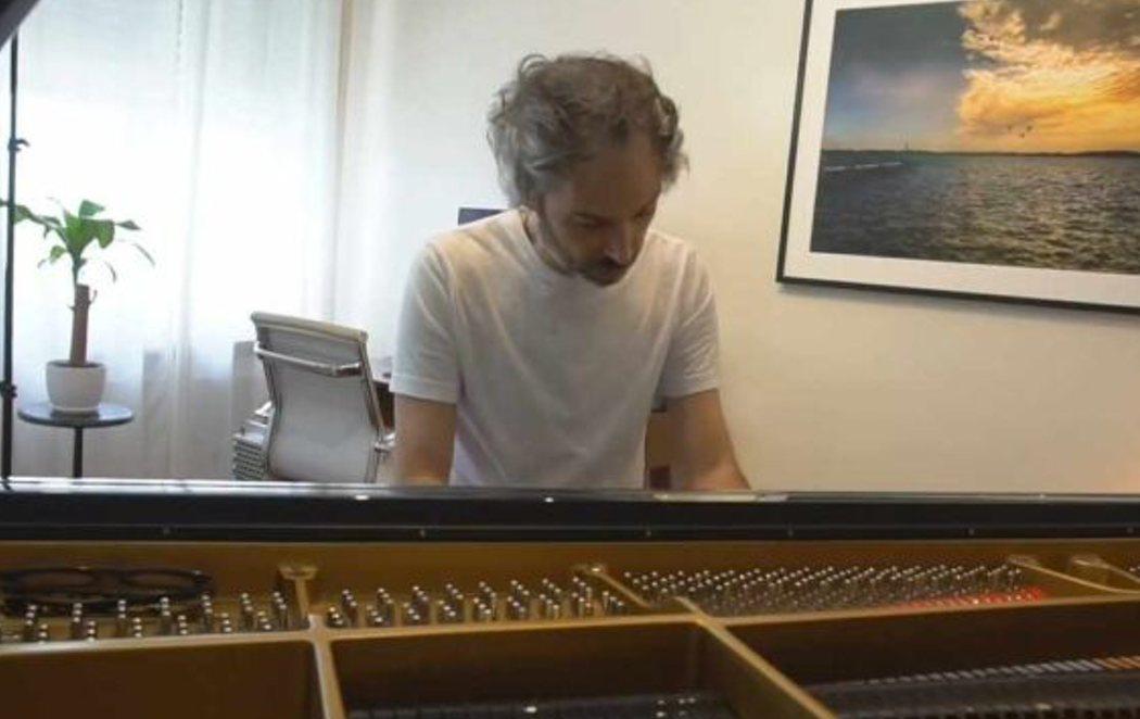 James Rhodes interpreta al piano el 'Himno de la Alegría' antes de la presentación del Plan de Recuperación del Gobierno