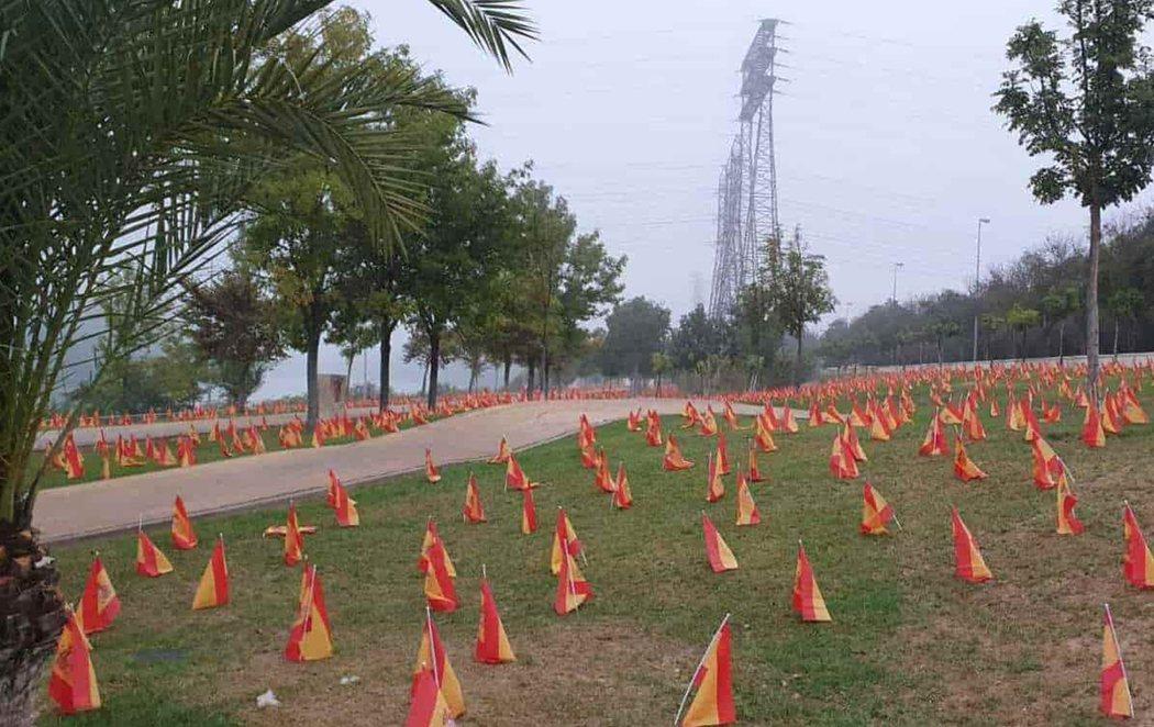 Sevilla amanece con 53.000 banderas de España junto al Guadalquivir en memoria de las víctimas del coronavirus