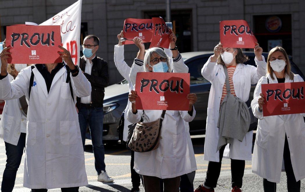 Los médicos de primaria realizan su primer día de protestas ante la sede de Salut contra sus condiciones precarias