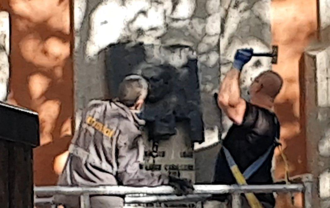 """Almeida envía a dos operarios a hacer añicos la placa de Largo Caballero y los ultras de VOX amenazan: """"El siguiente objetivo será su estatua"""""""