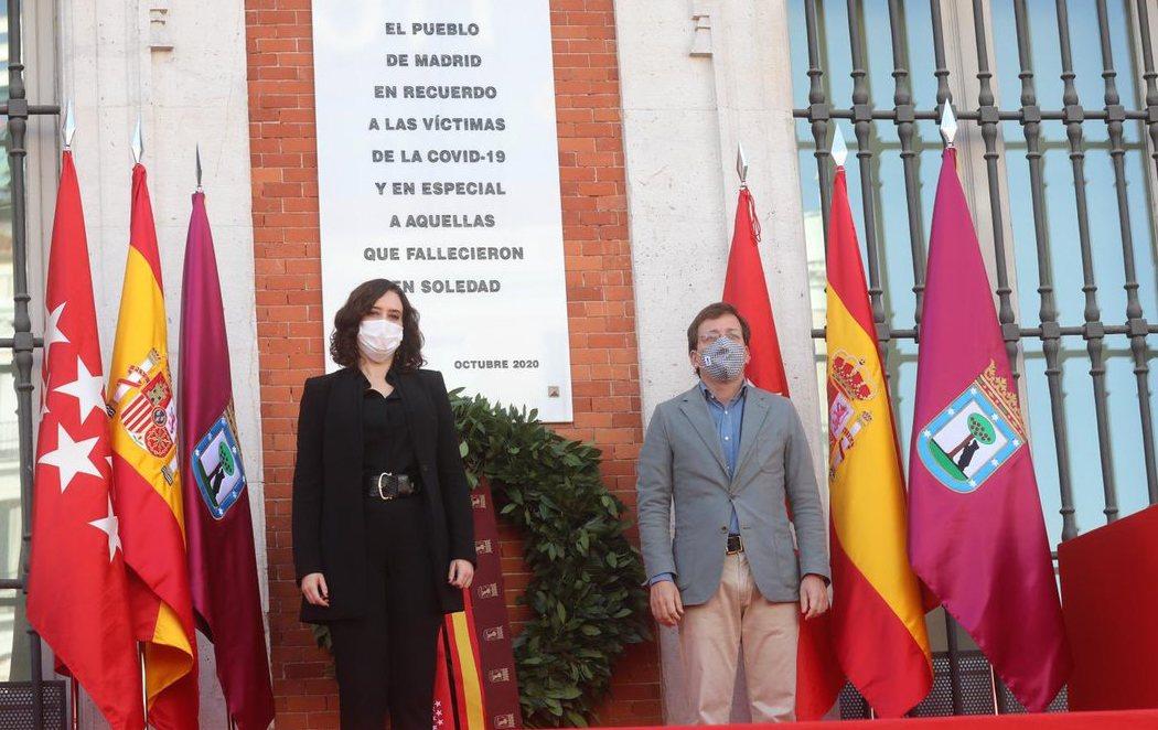 Madrid rinde homenaje a las víctimas de la Covid-19 con una placa en su memoria en la Puerta del Sol