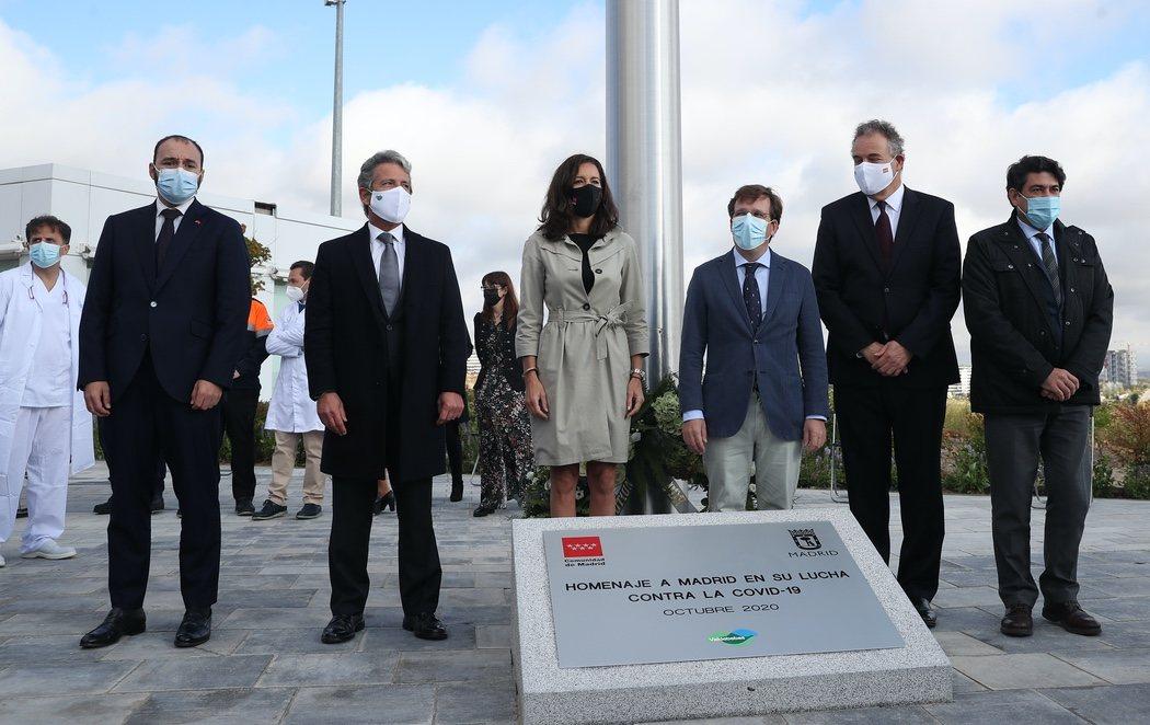 Organizan un homenaje a las víctimas del coronavirus en Madrid con una bandera de España de 75 metros cuadrados
