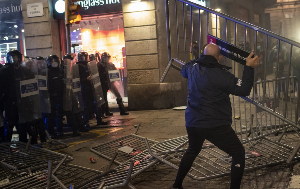 Graves disturbios en Barcelona contra las restricciones por el coronavirus