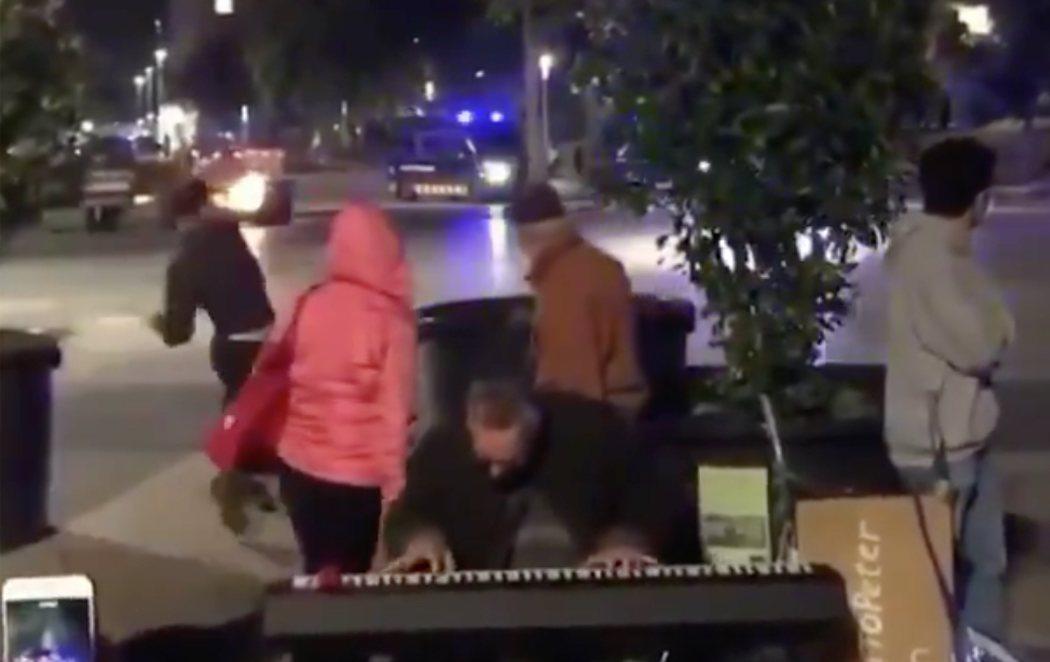 El vídeo viral del hombre tocando el piano durante los disturbios de Barcelona