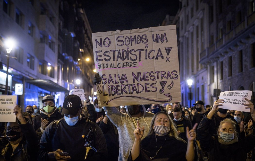 Un centenar de personas se manifiesta en Barcelona contra las restricciones del coronavirus