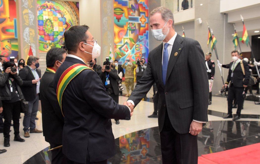 Felipe VI y Pablo Iglesias viajan juntos a la toma de posesión del presidente boliviano