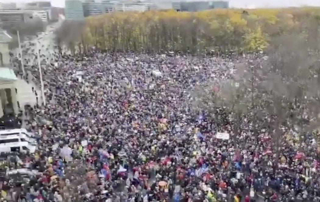 Multitudinaria concentración en Berlín contra las restricciones por el coronavirus apoyada por la ultraderecha