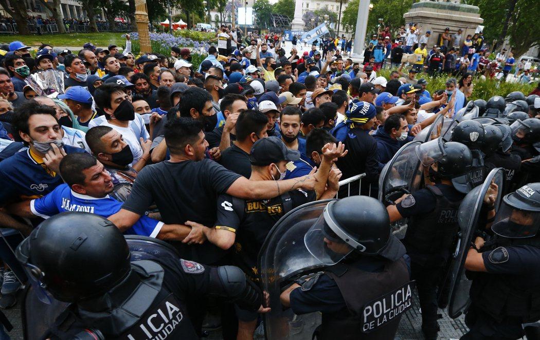 El multitudinario velatorio para despedir a Maradona en Argentina deja varios detenidos y heridos
