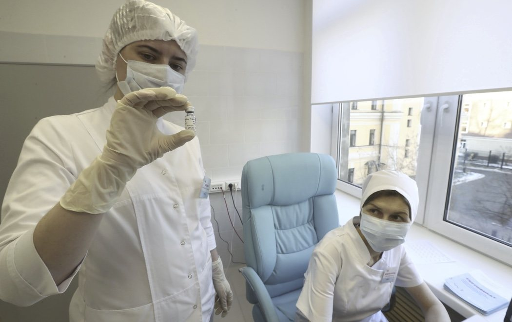 Rusia comienza a administrar masivamente su propia vacuna, la Sputnik V