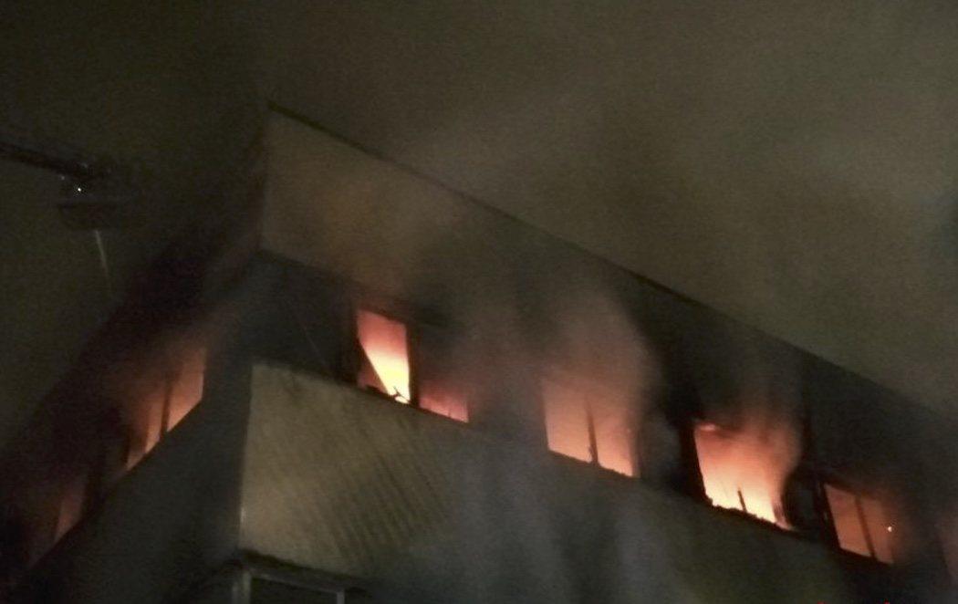 Al menos tres muertos y 23 heridos en el incendio de una nave industrial ocupada en Badalona