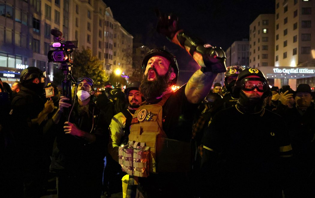 Batalla campal en las manifestaciones de EEUU entre grupos de extrema derecha apoyando a Trump y antifascistas