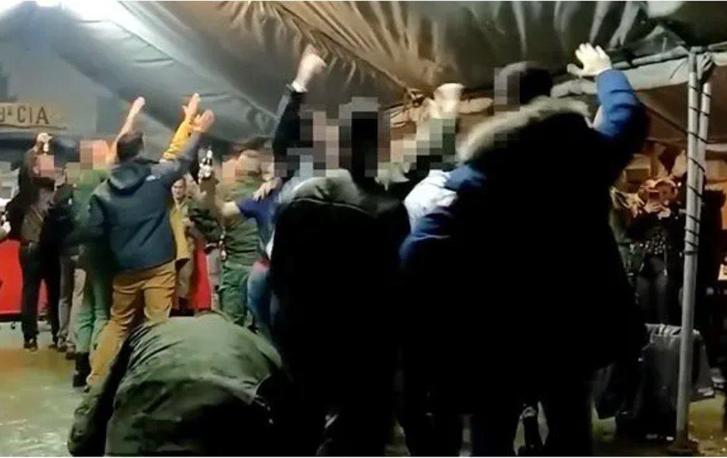 Graban a soldados haciendo el saludo nazi mientras cantan una canción de la División Azul en un cuartel del Ejército