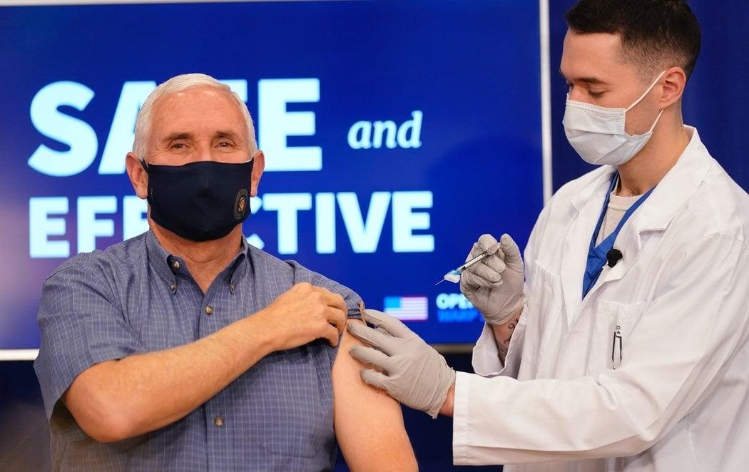 El vicepresidente de EEUU, Mike Pence, se vacuna contra el coronavirus