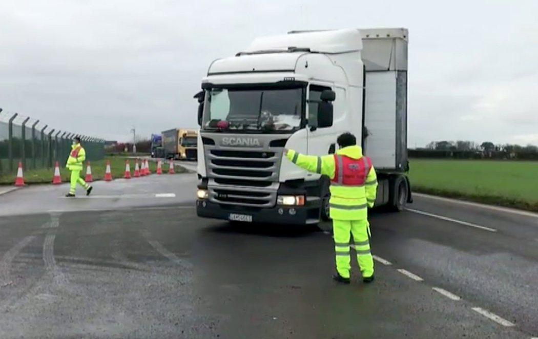 Francia reabre su frontera con el Reino Unido tras los primeros enfrentamientos después de días de bloqueos en carreteras