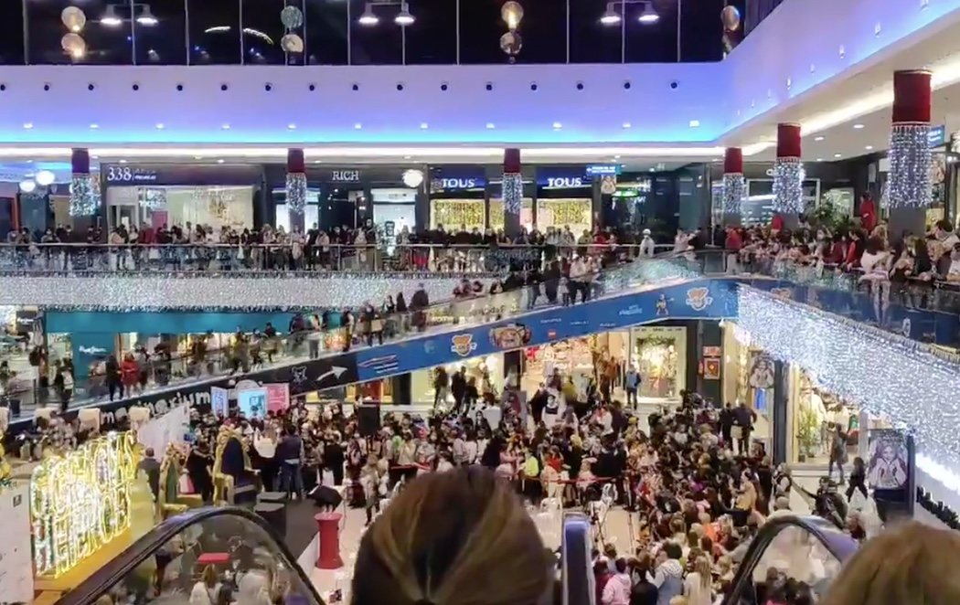 Desalojan un centro comercial de Marbella por aglomeraciones para ver a Kiko Rivera y Omar Montes como Reyes Magos