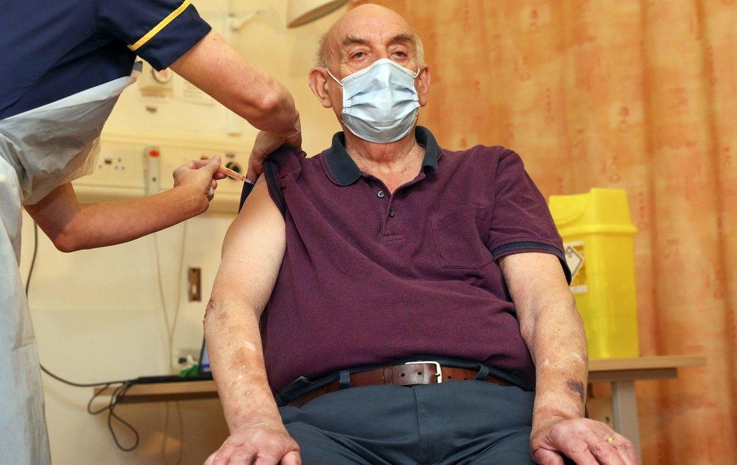 Brian Pinker, de 82 años, el primer paciente que recibe la vacuna de Oxford y AstraZeneca