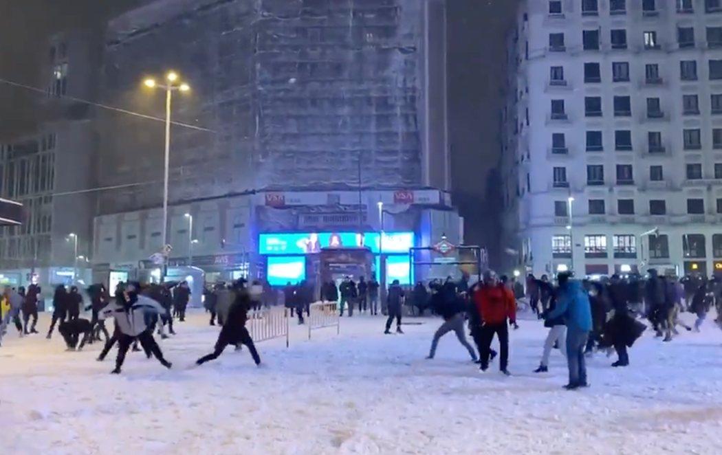 Irresponsabilidad en Madrid: Aglomeraciones en una guerra de bolas de nieve en Callao y rave en Sol sin cumplir las medidas por el coronavirus