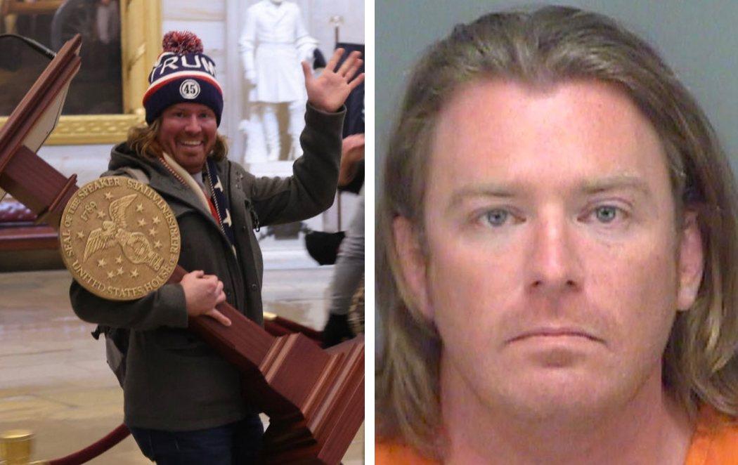 Detenido el seguidor de Trump que robó el el atril de Pelosi durante el asalto al Capitolio