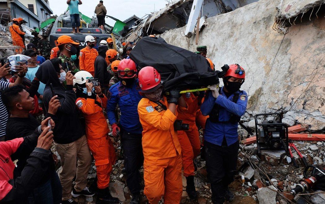 Ascienden a 45 los fallecidos en el terremoto de la isla indonesia de Célebes mientras continúa la búsqueda de cadáveres