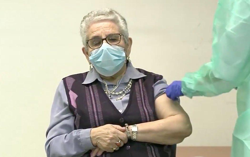 """Nieves Cabo, primera mujer en recibir las dos dosis de Pfizer a los 82 años: """"Que no dejen de vacunar, que es una cosa maravillosa"""""""