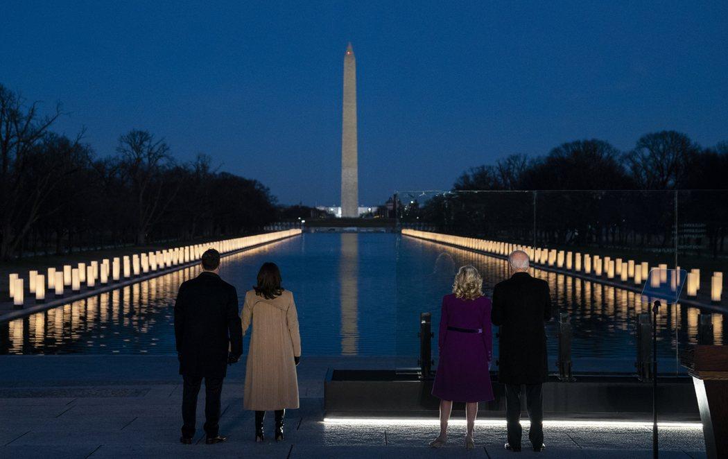 Joe Biden y Kamala Harris presiden un homenaje a las víctimas del coronavirus antes de la toma de posesión