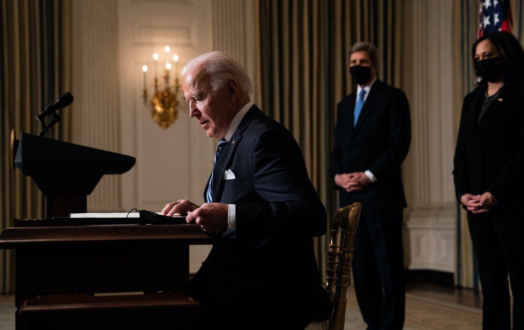 Biden firma órdenes ejecutivas para abordar el cambio climático