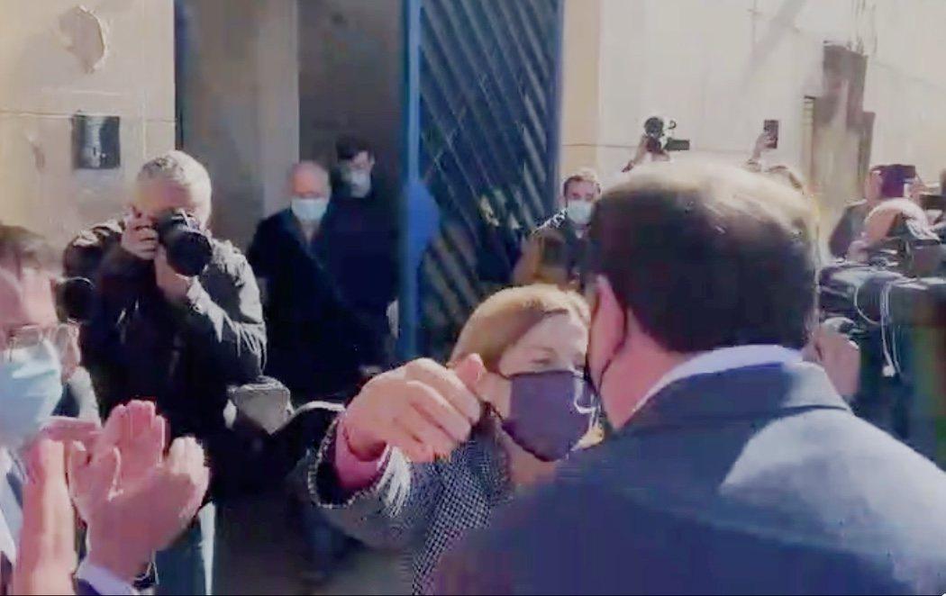 Todos los líderes independentistas ya están en libertad: Junqueras recibe a Forcadell con un abrazo